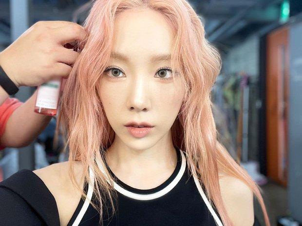 Sẵn nhuộm màu tóc mới siêu yêu, Taeyeon làm ngay cuốn catalogue đủ kiểu tóc cho chị em ở nhà tha hồ biến tấu - Ảnh 1.