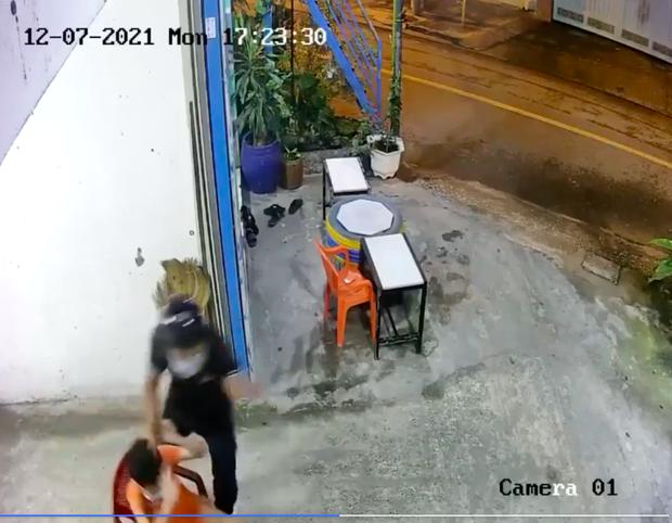 Clip: Gã thanh niên táo tợn cầm bình xịt hơi cay cướp ĐTDĐ của 2 cháu bé ở TP.HCM - Ảnh 1.