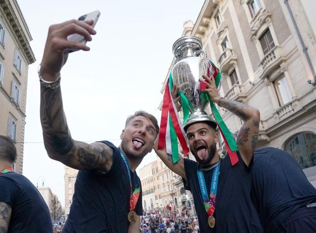 Hàng vạn người xuống đường xem Italy cầm cúp diễu hành mừng chức vô địch Euro 2020: Cầu thủ đốt pháo sáng - Ảnh 20.