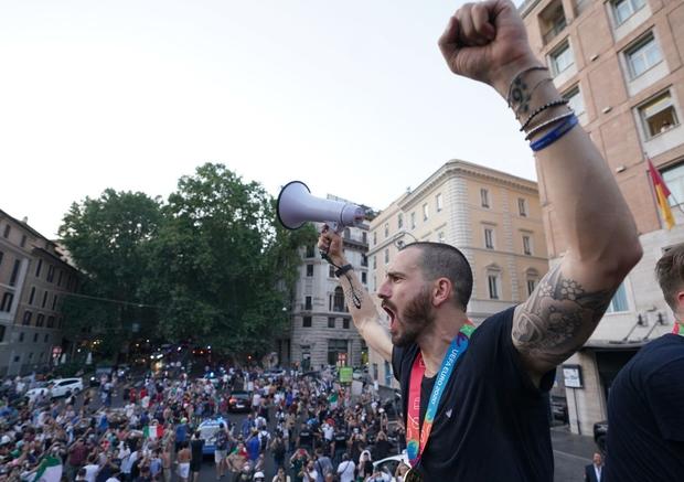 Hàng vạn người xuống đường xem Italy cầm cúp diễu hành mừng chức vô địch Euro 2020: Cầu thủ đốt pháo sáng - Ảnh 19.