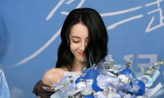 Địch Lệ Nhiệt Ba lộ diện giữa scandal phá thai, đẹp xuất sắc như nàng thơ nhưng liên tục che mặt vì lí do bất ngờ - Ảnh 4.