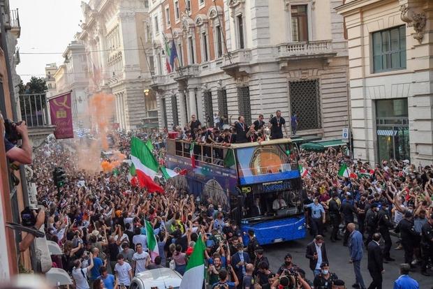 Hàng vạn người xuống đường xem Italy cầm cúp diễu hành mừng chức vô địch Euro 2020: Cầu thủ đốt pháo sáng - Ảnh 3.