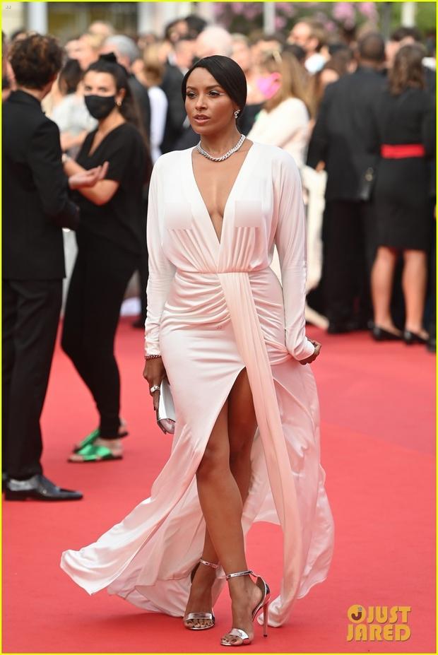 """Thảm đỏ LHP Cannes: Xuất hiện nữ diễn viên Việt, con gái tài tử Captain Marvel đầu trọc cực lạ vẫn bị dàn mỹ nhân hở """"nhức mắt"""" lấn át - Ảnh 20."""