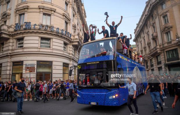 Hàng vạn người xuống đường xem Italy cầm cúp diễu hành mừng chức vô địch Euro 2020: Cầu thủ đốt pháo sáng - Ảnh 12.
