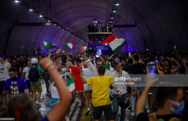 Hàng vạn người xuống đường xem Italy cầm cúp diễu hành mừng chức vô địch Euro 2020: Cầu thủ đốt pháo sáng - Ảnh 13.