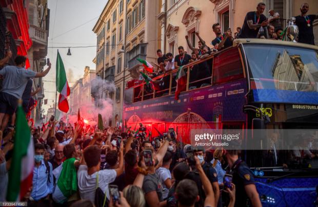 Hàng vạn người xuống đường xem Italy cầm cúp diễu hành mừng chức vô địch Euro 2020: Cầu thủ đốt pháo sáng - Ảnh 14.