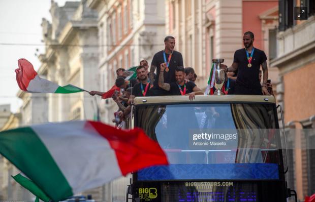 Hàng vạn người xuống đường xem Italy cầm cúp diễu hành mừng chức vô địch Euro 2020: Cầu thủ đốt pháo sáng - Ảnh 15.