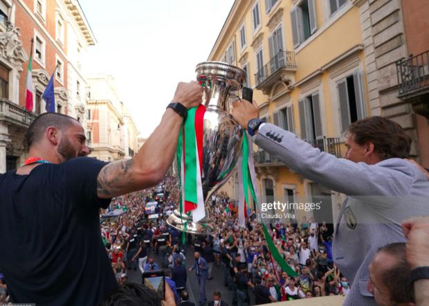 Hàng vạn người xuống đường xem Italy cầm cúp diễu hành mừng chức vô địch Euro 2020: Cầu thủ đốt pháo sáng - Ảnh 17.