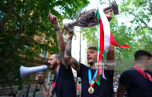 Hàng vạn người xuống đường xem Italy cầm cúp diễu hành mừng chức vô địch Euro 2020: Cầu thủ đốt pháo sáng - Ảnh 18.
