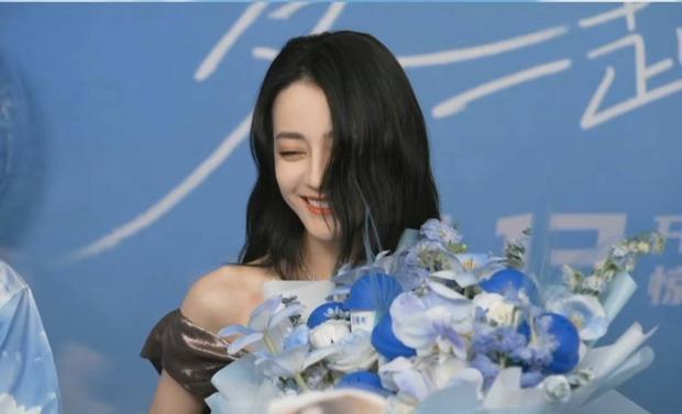 Địch Lệ Nhiệt Ba lộ diện giữa scandal phá thai, đẹp xuất sắc như nàng thơ nhưng liên tục che mặt vì lí do bất ngờ - Ảnh 3.