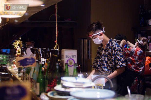 Chủ nhà hàng quán ăn ở Hà Nội buồn bã thu dọn đồ, cho nhân viên tạm nghỉ sau chỉ thị dừng bán tại chỗ - Ảnh 7.