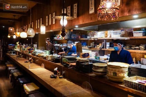Chủ nhà hàng quán ăn ở Hà Nội buồn bã thu dọn đồ, cho nhân viên tạm nghỉ sau chỉ thị dừng bán tại chỗ - Ảnh 5.