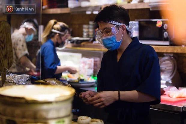 Chủ nhà hàng quán ăn ở Hà Nội buồn bã thu dọn đồ, cho nhân viên tạm nghỉ sau chỉ thị dừng bán tại chỗ - Ảnh 6.