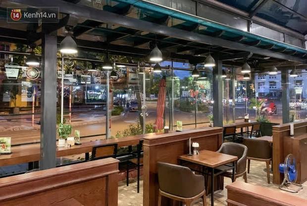 Chủ nhà hàng quán ăn ở Hà Nội buồn bã thu dọn đồ, cho nhân viên tạm nghỉ sau chỉ thị dừng bán tại chỗ - Ảnh 9.