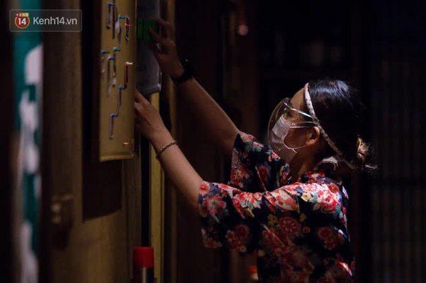 Chủ nhà hàng quán ăn ở Hà Nội buồn bã thu dọn đồ, cho nhân viên tạm nghỉ sau chỉ thị dừng bán tại chỗ - Ảnh 8.