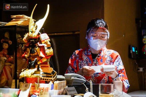 Chủ nhà hàng quán ăn ở Hà Nội buồn bã thu dọn đồ, cho nhân viên tạm nghỉ sau chỉ thị dừng bán tại chỗ - Ảnh 4.