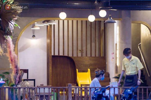 Chủ nhà hàng quán ăn ở Hà Nội buồn bã thu dọn đồ, cho nhân viên tạm nghỉ sau chỉ thị dừng bán tại chỗ - Ảnh 12.