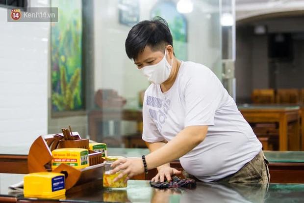 Chủ nhà hàng quán ăn ở Hà Nội buồn bã thu dọn đồ, cho nhân viên tạm nghỉ sau chỉ thị dừng bán tại chỗ - Ảnh 11.