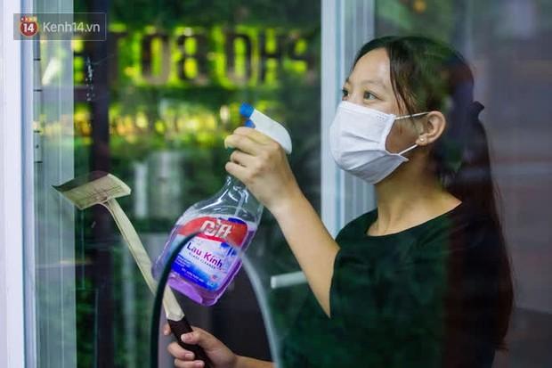Chủ nhà hàng quán ăn ở Hà Nội buồn bã thu dọn đồ, cho nhân viên tạm nghỉ sau chỉ thị dừng bán tại chỗ - Ảnh 13.