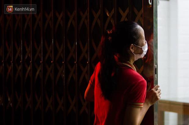 Chủ nhà hàng quán ăn ở Hà Nội buồn bã thu dọn đồ, cho nhân viên tạm nghỉ sau chỉ thị dừng bán tại chỗ - Ảnh 10.