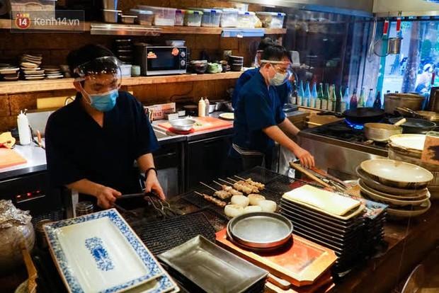 Chủ nhà hàng quán ăn ở Hà Nội buồn bã thu dọn đồ, cho nhân viên tạm nghỉ sau chỉ thị dừng bán tại chỗ - Ảnh 3.