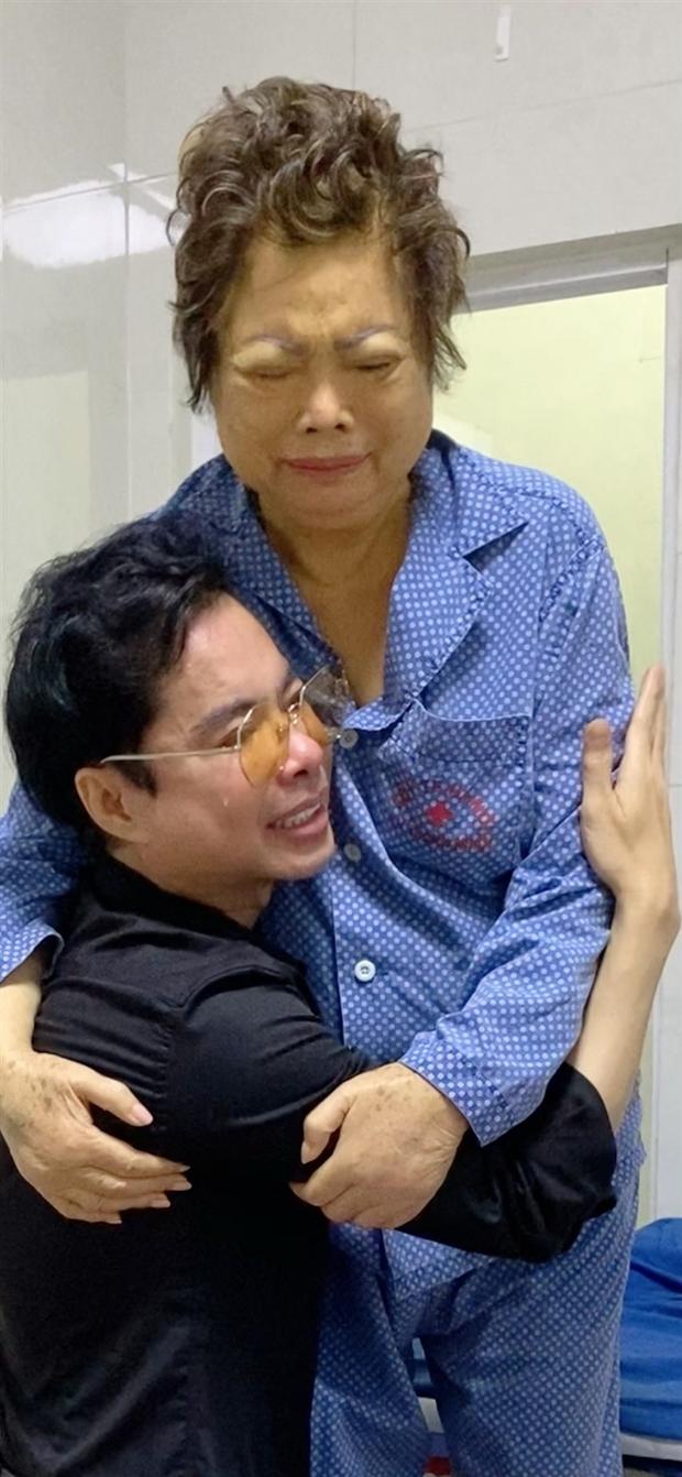 Linh cữu của mẹ Ngọc Sơn đã được hoả táng và đây là tình hình của anh khi mẹ ruột qua đời mà không thể về chịu tang - Ảnh 2.