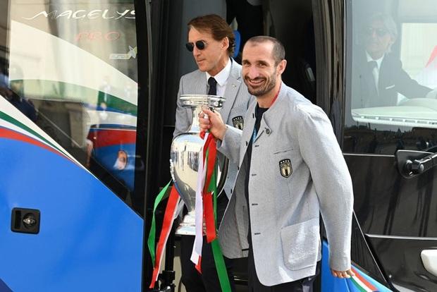 Tuyển Italy hãnh diện mang cúp bạc Euro 2020 tới diện kiến Tổng thống - Ảnh 1.