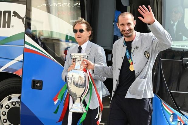Tuyển Italy hãnh diện mang cúp bạc Euro 2020 tới diện kiến Tổng thống - Ảnh 2.