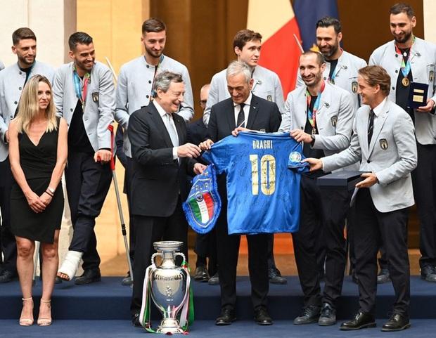 Hàng vạn người xuống đường xem Italy cầm cúp diễu hành mừng chức vô địch Euro 2020: Cầu thủ đốt pháo sáng - Ảnh 1.