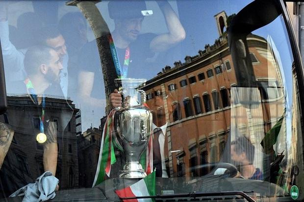 Hàng vạn người xuống đường xem Italy cầm cúp diễu hành mừng chức vô địch Euro 2020: Cầu thủ đốt pháo sáng - Ảnh 2.