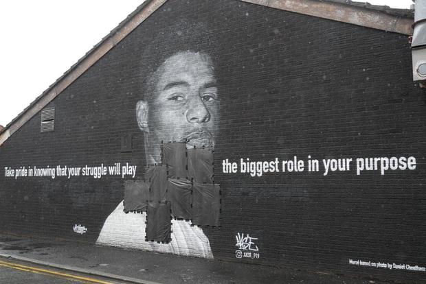 Tiền đạo tuyển Anh suýt khóc vì những thông điệp ý nghĩa của fan che phủ lên bức tranh tường bị phá hoại - Ảnh 1.
