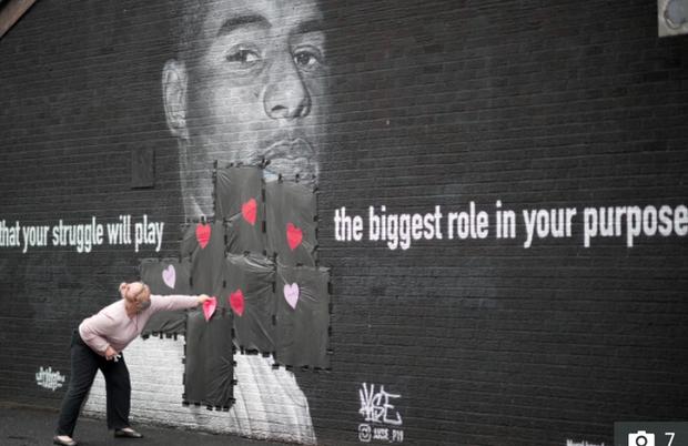 Tiền đạo tuyển Anh suýt khóc vì những thông điệp ý nghĩa của fan che phủ lên bức tranh tường bị phá hoại - Ảnh 2.