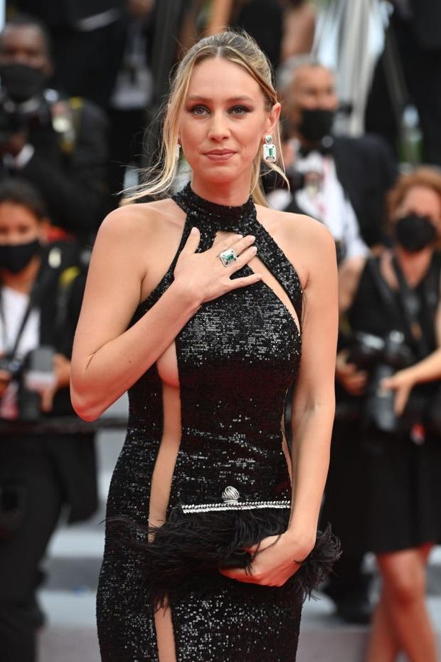 """Thảm đỏ LHP Cannes: Xuất hiện nữ diễn viên Việt, con gái tài tử Captain Marvel đầu trọc cực lạ vẫn bị dàn mỹ nhân hở """"nhức mắt"""" lấn át - Ảnh 7."""