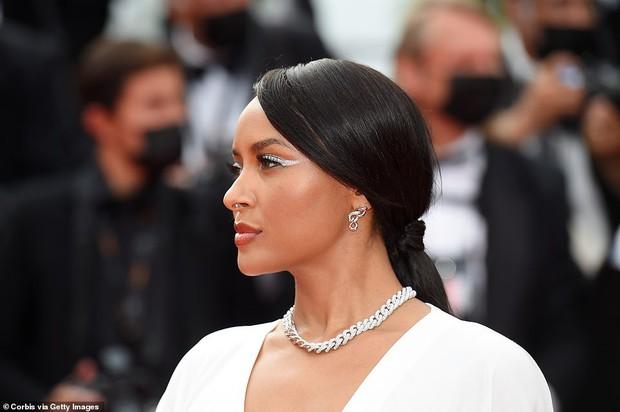 """Thảm đỏ LHP Cannes: Xuất hiện nữ diễn viên Việt, con gái tài tử Captain Marvel đầu trọc cực lạ vẫn bị dàn mỹ nhân hở """"nhức mắt"""" lấn át - Ảnh 19."""