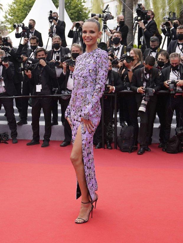 """Thảm đỏ LHP Cannes: Xuất hiện nữ diễn viên Việt, con gái tài tử Captain Marvel đầu trọc cực lạ vẫn bị dàn mỹ nhân hở """"nhức mắt"""" lấn át - Ảnh 22."""