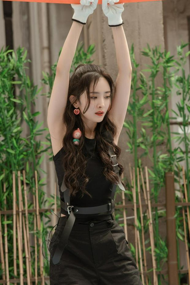 Bộ ảnh chứng minh body đẳng cấp của Dương Mịch: Bắp tay thon nhỏ, 1 bộ phận nuột đến mức hội chị em ghen tị - Ảnh 7.
