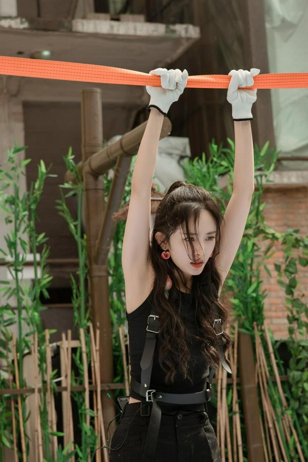 Bộ ảnh chứng minh body đẳng cấp của Dương Mịch: Bắp tay thon nhỏ, 1 bộ phận nuột đến mức hội chị em ghen tị - Ảnh 6.