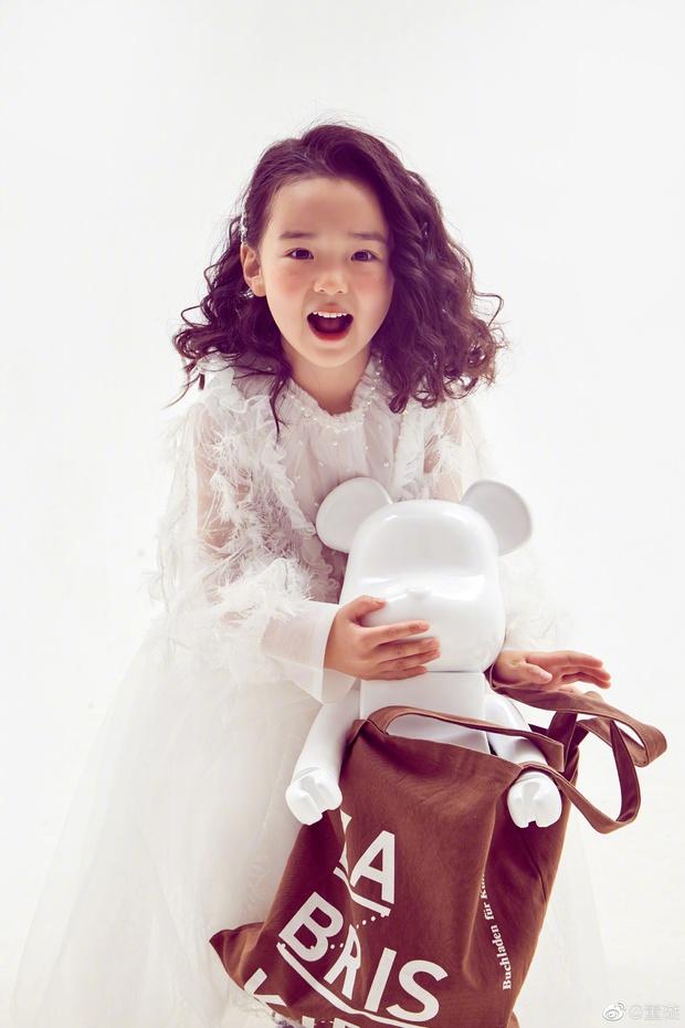 Tiểu công chúa 5 tuổi với visual xinh như thiên thần nhà Điêu Thuyền Đổng Tuyền khiến cả Weibo lịm tim với bộ ảnh mới - Ảnh 2.