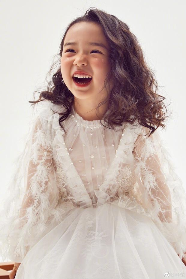 Tiểu công chúa 5 tuổi với visual xinh như thiên thần nhà Điêu Thuyền Đổng Tuyền khiến cả Weibo lịm tim với bộ ảnh mới - Ảnh 3.