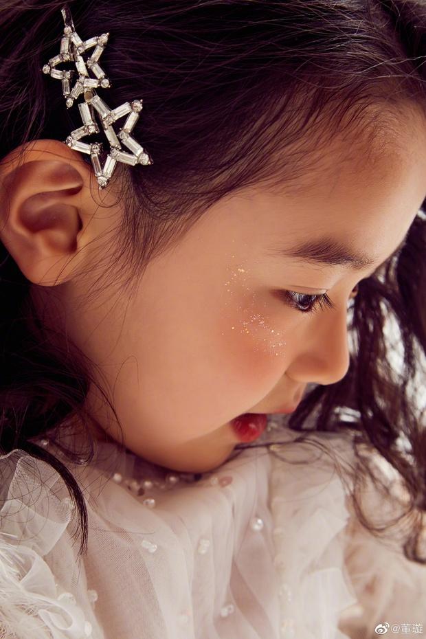 Tiểu công chúa 5 tuổi với visual xinh như thiên thần nhà Điêu Thuyền Đổng Tuyền khiến cả Weibo lịm tim với bộ ảnh mới - Ảnh 4.