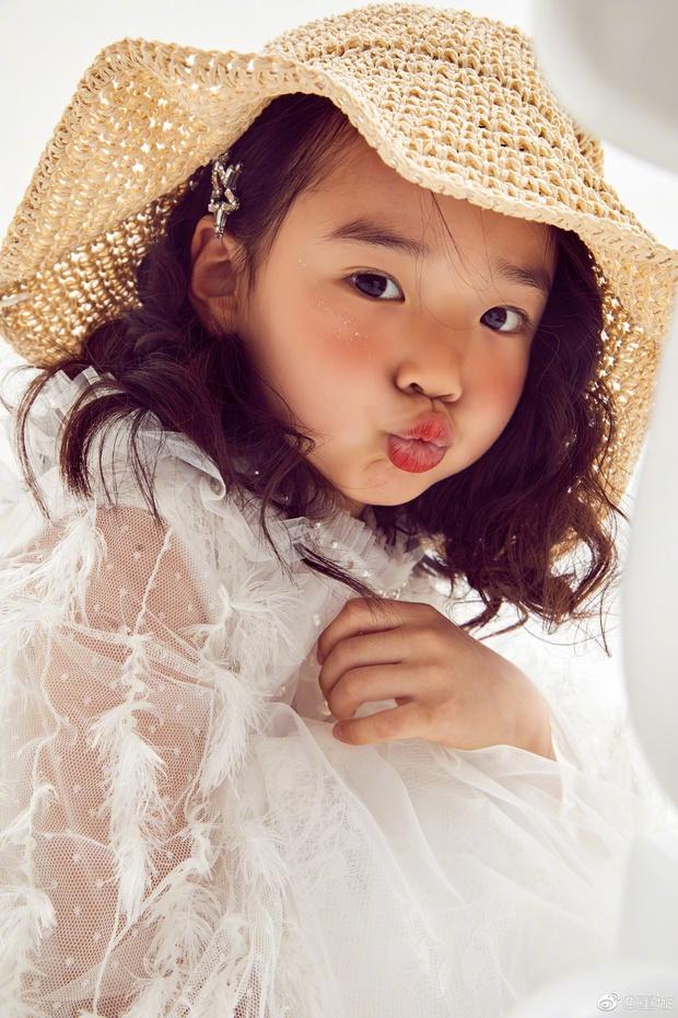 Tiểu công chúa 5 tuổi với visual xinh như thiên thần nhà Điêu Thuyền Đổng Tuyền khiến cả Weibo lịm tim với bộ ảnh mới - Ảnh 5.