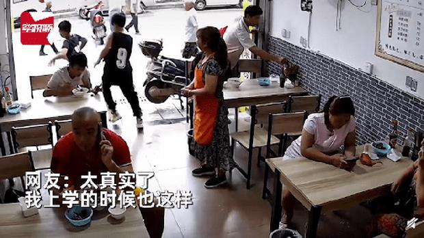 Đang vui vẻ đi ăn thì thấy thầy giáo ngồi trong quán, 2 học sinh tiểu học làm ra hành động khiến chủ quán cười chảy nước mắt - Ảnh 1.