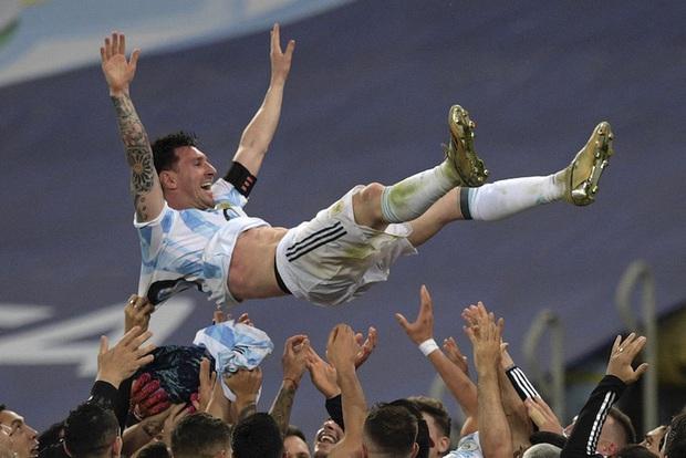 Fan trèo tường rào nhà Messi để xin bằng được chữ ký ngay trong đêm - Ảnh 2.