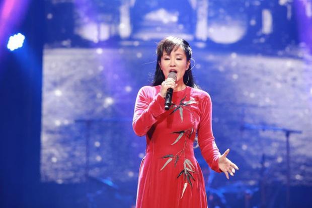 """Hồng Nhung gặp sự cố nhưng vẫn trót lọt nhờ ban nhạc, nữ diva """"tếu táo hẹn chia cát-xê vì pha cứu bồ xuất sắc - Ảnh 3."""