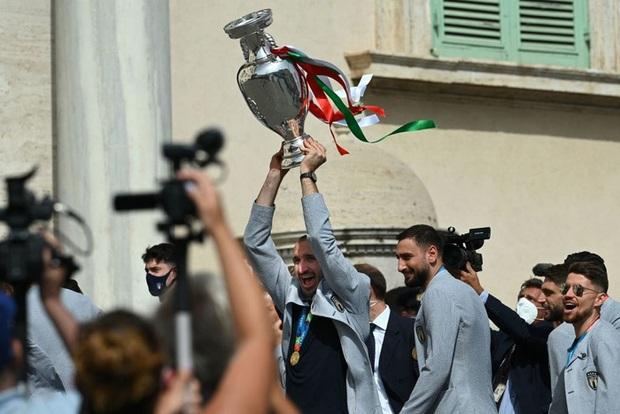 Tuyển Italy hãnh diện mang cúp bạc Euro 2020 tới diện kiến Tổng thống - Ảnh 3.