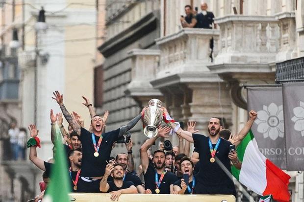 Hàng vạn người xuống đường xem Italy cầm cúp diễu hành mừng chức vô địch Euro 2020: Cầu thủ đốt pháo sáng - Ảnh 4.