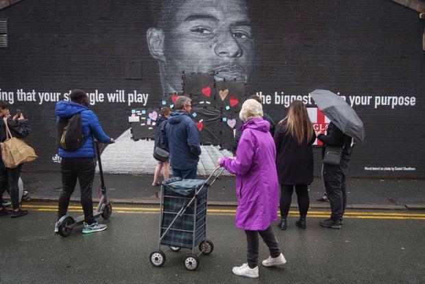 Tiền đạo tuyển Anh suýt khóc vì những thông điệp ý nghĩa của fan che phủ lên bức tranh tường bị phá hoại - Ảnh 3.