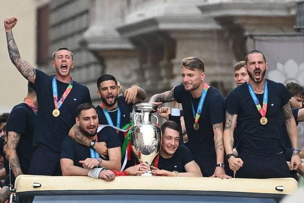Hàng vạn người xuống đường xem Italy cầm cúp diễu hành mừng chức vô địch Euro 2020: Cầu thủ đốt pháo sáng - Ảnh 5.