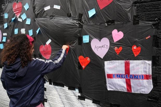 Tiền đạo tuyển Anh suýt khóc vì những thông điệp ý nghĩa của fan che phủ lên bức tranh tường bị phá hoại - Ảnh 4.