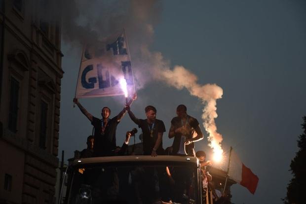 Hàng vạn người xuống đường xem Italy cầm cúp diễu hành mừng chức vô địch Euro 2020: Cầu thủ đốt pháo sáng - Ảnh 6.